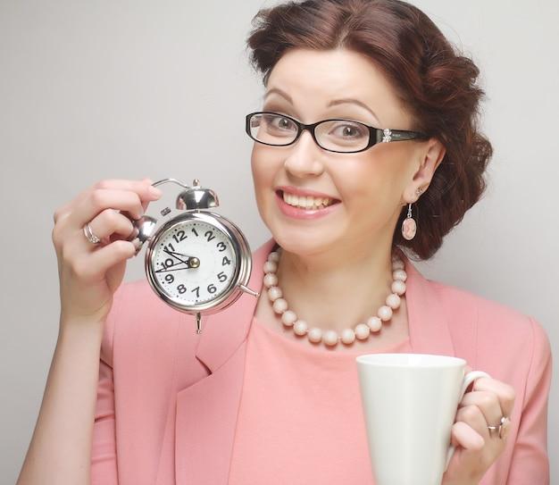 Młoda śmieszna bizneswoman podczas przerwy na kawę
