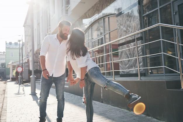 Młoda śmieszna kochająca para bawić się w słoneczny dzień.