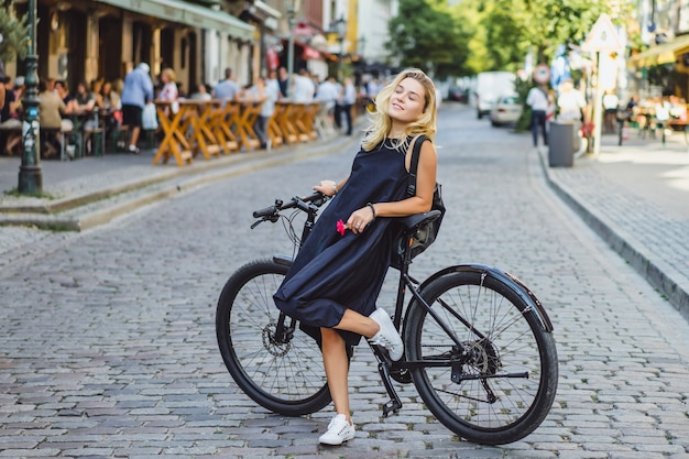 Młoda sport kobieta na bicyklu w europejskim mieście. sport w środowisku miejskim.