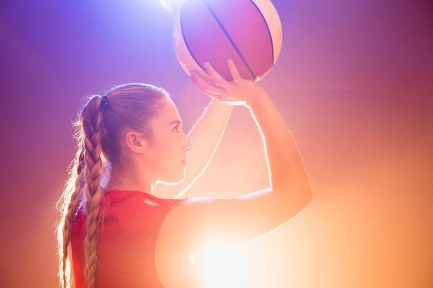 Młoda sportowa hiszpańska kobieta koszykówka prawdziwy gracz z piłką i sprzętem sportowym lekkoatletka z...