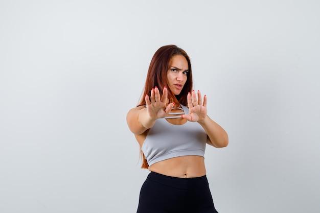 Młoda sportowa kobieta w szarym topie