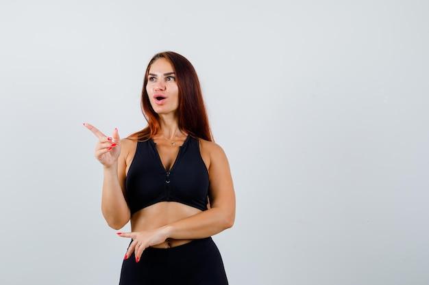 Młoda Sportowa Kobieta Z Długimi Włosami W Czarnym Topie Darmowe Zdjęcia
