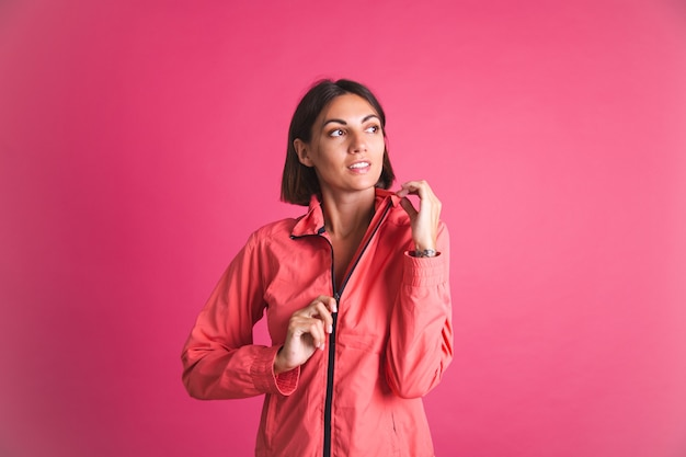 Młoda sprawna kobieta w sportowej kurtce na różowo