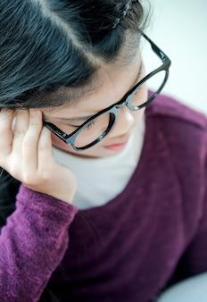 Młoda studencka dziewczyna stresująca się nauką