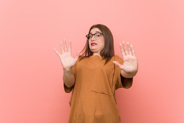 Młoda studencka kobieta jest ubranym okulary jest zszokowany z powodu bezpośredniego zagrożenia