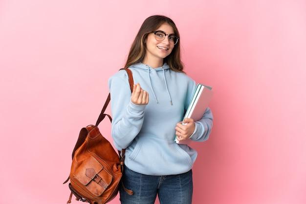 Młoda studencka kobieta na białym tle robi pieniądze gestowi