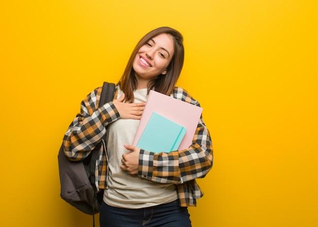 Młoda studencka kobieta robi romantycznemu gestowi