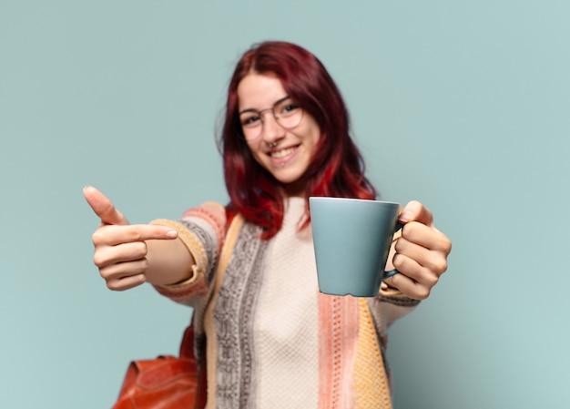 Młoda studencka kobieta z filiżanką kawy
