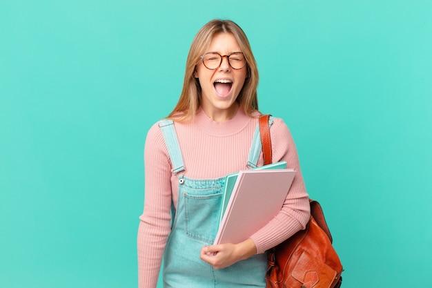 Młoda studentka krzyczy agresywnie i wygląda na bardzo złą
