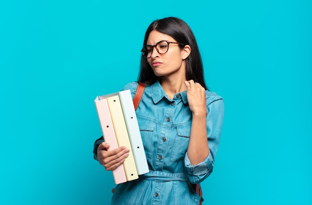 Młoda studentka latynoska czuje się zestresowana