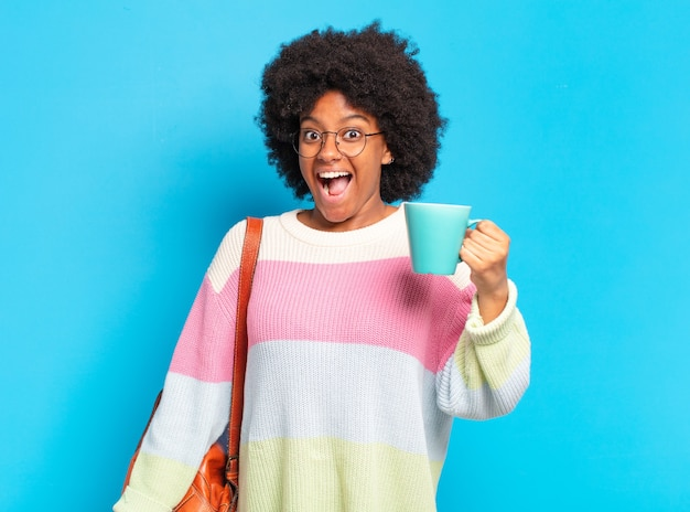 Młoda studentka pre afro z filiżanką kawy