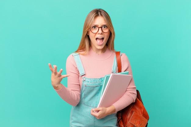 Młoda studentka wygląda na złą, zirytowaną i sfrustrowaną