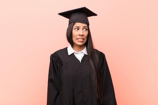 Młoda studentka z ameryki łacińskiej, wyglądająca na zmartwioną, zestresowaną, niespokojną i przestraszoną, panikującą i zaciskającą zęby