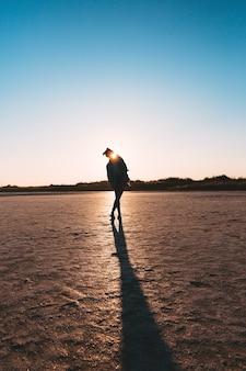 Młoda stylowa hipster dziewczyna sylwetka kurtka dżinsowa sunset coast podczas podróży letnie wakacje wakacje na zewnątrz