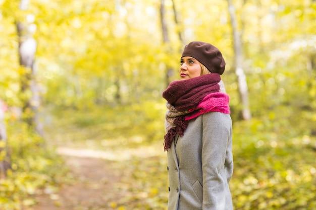 Młoda stylowa kobieta spaceru w parku jesień