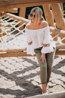 Młoda stylowa kobieta w białej koszuli