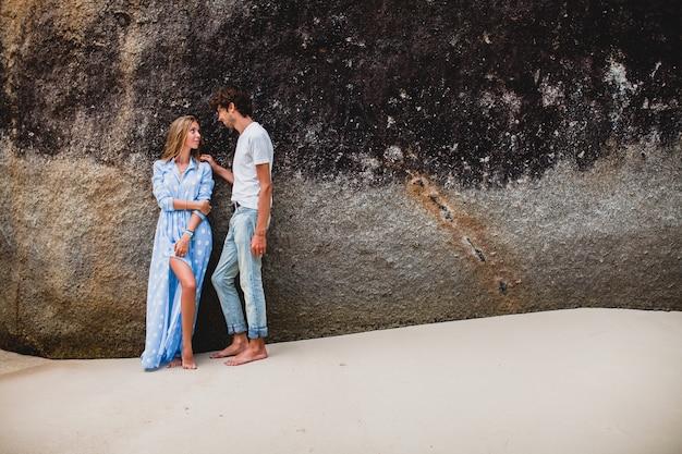 Młoda stylowa para hipster zakochana na tropikalnej plaży podczas wakacji
