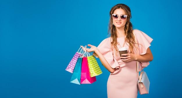 Młoda stylowa seksowna kobieta w różowej luksusowej sukience, letni trend w modzie, elegancki styl, okulary przeciwsłoneczne``