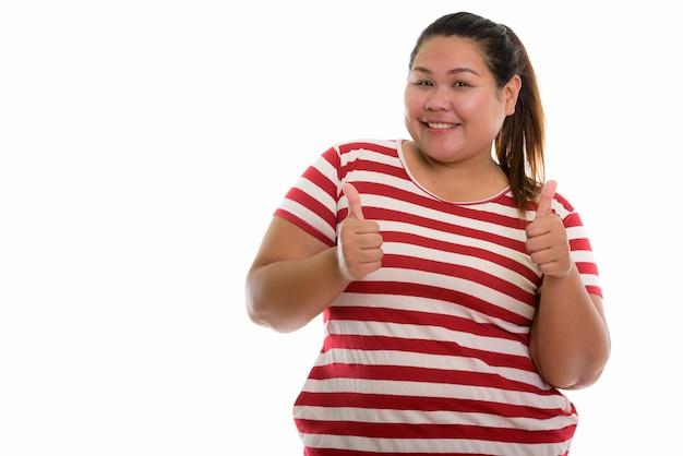 Młoda szczęśliwa azjatycka gruba kobieta z uśmiechem