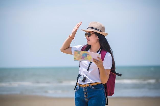 Młoda szczęśliwa azjatykcia kobieta na plaży