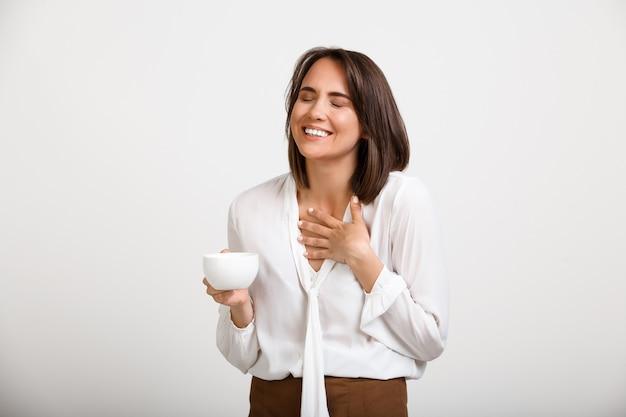 Młoda szczęśliwa biurowa dama śmia się