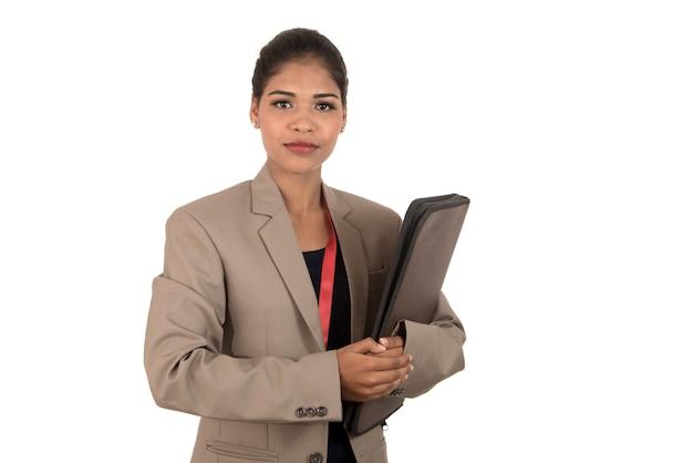 Młoda szczęśliwa biznesowa kobieta trzyma falcówkę