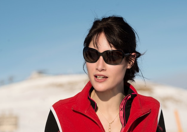 Młoda szczęśliwa kobieta przy zimy narciarstwem