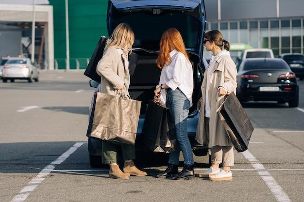 Młoda szczęśliwa kobieta spaceru na ulicy z torby na zakupy.