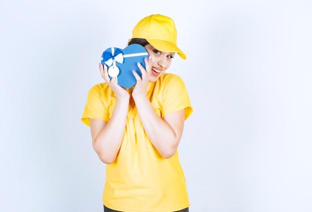 Młoda szczęśliwa kobieta trzymająca paczki w kształcie serca