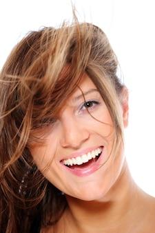 Młoda szczęśliwa kobieta uśmiechająca się na białym tle
