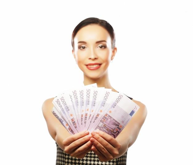 Młoda szczęśliwa kobieta z dolarami w ręce