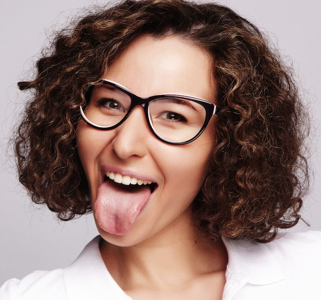 : młoda szczęśliwa kobieta z kręconymi włosami