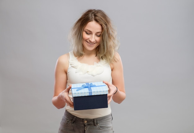 Młoda szczęśliwa kobieta z prezentem