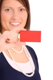 Młoda szczęśliwa kobieta z wizytówką nad białym