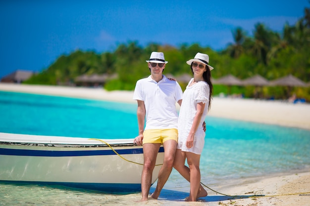 Młoda szczęśliwa para na biel plaży przy wakacje