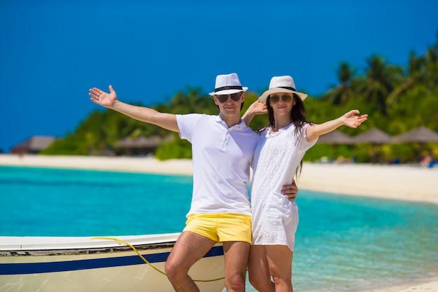 Młoda szczęśliwa para podczas wakacji na plaży