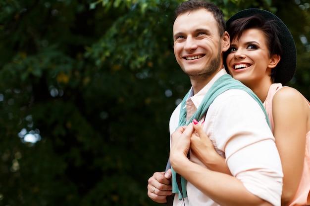 Młoda szczęśliwa para przytulanie i śmiech. ul. walentynki.