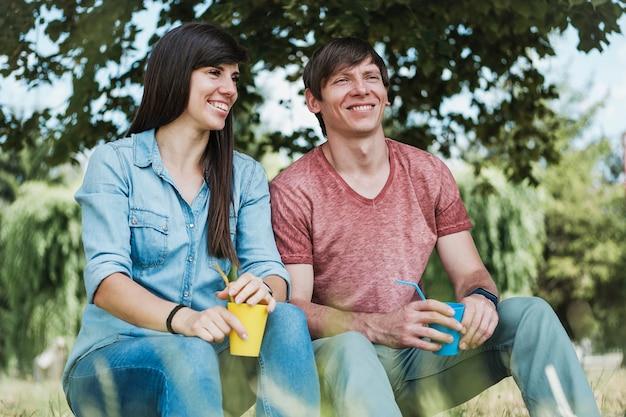 Młoda szczęśliwa para relaks w cieniu drzewa