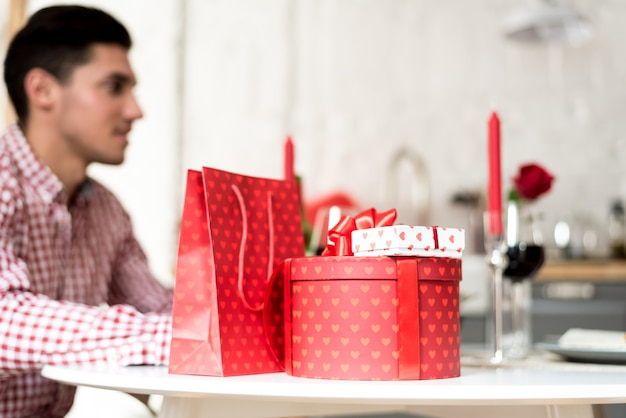 Młoda szczęśliwa para świętuje walentynki z kolacją w domu do picia wina, na zdrowie.