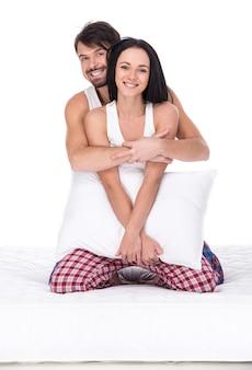 Młoda szczęśliwa para z poduszką