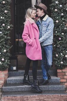 Młoda szczęśliwa para zakochanych, obejmując w kawiarni ulicy schody