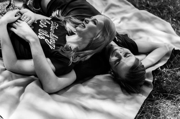 Młoda szczęśliwa para zakochanych. przytulanki, pocałunki, piknik.
