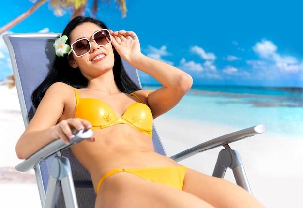 Młoda szczęśliwa piękna kobieta, ciesząc się na plaży.