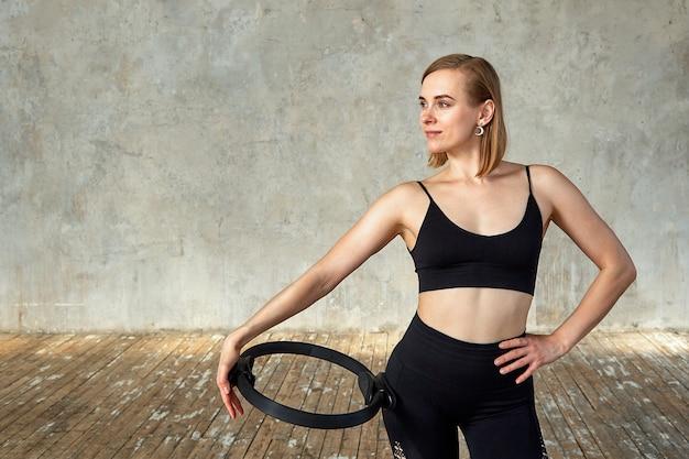 Młoda szczęśliwa sprawności fizycznej kobieta z sporty ciałem