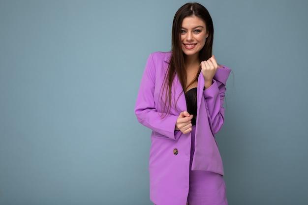 Młoda szczęśliwa uśmiechnięta brunetka kobieta ładny atrakcyjny uroczy elegancki modny modny noszenie stylowego garnituru