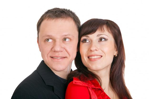Młoda szczęśliwa uśmiechnięta kochająca para odizolowywająca na białym tle