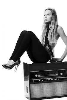 Młoda szczupła kobieta na sobie biustonosz z starego radia
