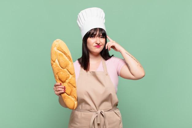 Młoda szefowa kuchni czuje się zdezorientowana i zaintrygowana, pokazując, że jesteś szalony, szalony lub oszalały