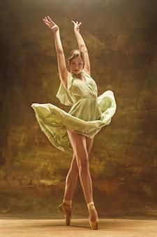 Młoda tancerka baletowa. harmonijna ładna kobieta z sukienką