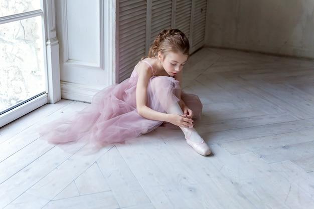 Młoda tancerka baletowa w klasie tanecznej
